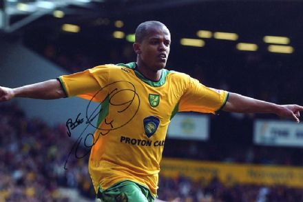 Robert Earnshaw, Norwich City, Wales, signed 12x8 inch photo.